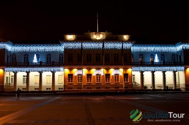 Президентский дворец в Вильнюсе с рождественской иллюминацией.