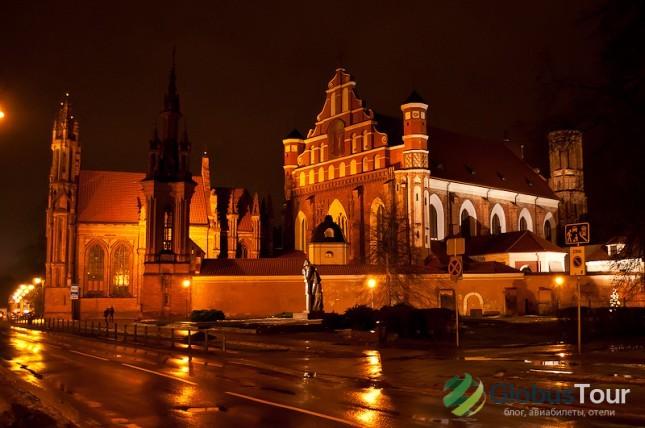 На переднем плане костёл свято́го Франци́ска Ассизскогокостел, далее костел св. Анны.