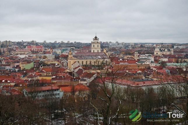 Вид на старый город с башни Гедимина. На переднем плане Костёл Святых Иоаннов.
