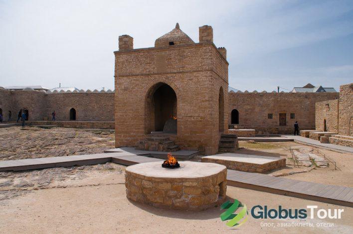 Четырехугольный главный алтарь и место жертвоприношения